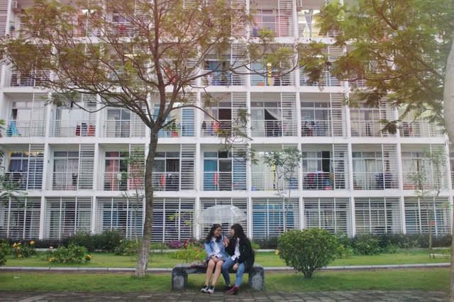 Những trường đại học có khuôn viên đẹp như khu nghỉ dưỡng - Ảnh 5.