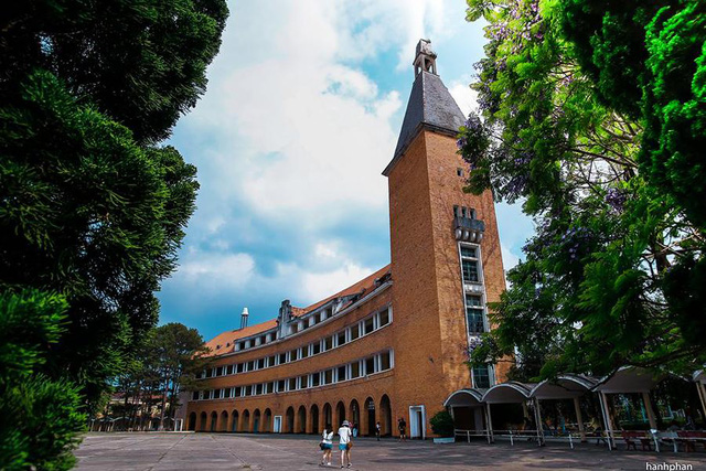 Những trường đại học có khuôn viên đẹp như khu nghỉ dưỡng - Ảnh 13.