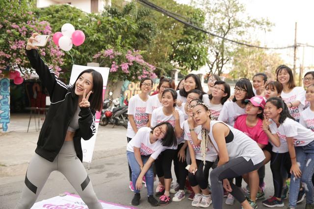 Mai Ngô, Chi Pu tích cực tham gia các hoạt động thể thao, truyền cảm hứng cho sinh viên - Ảnh 1.
