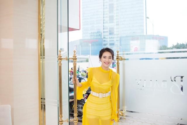 Bắt gặp Nhã Phương đi làm đẹp tại Hà Nội sau scandal tình cảm - Ảnh 2.