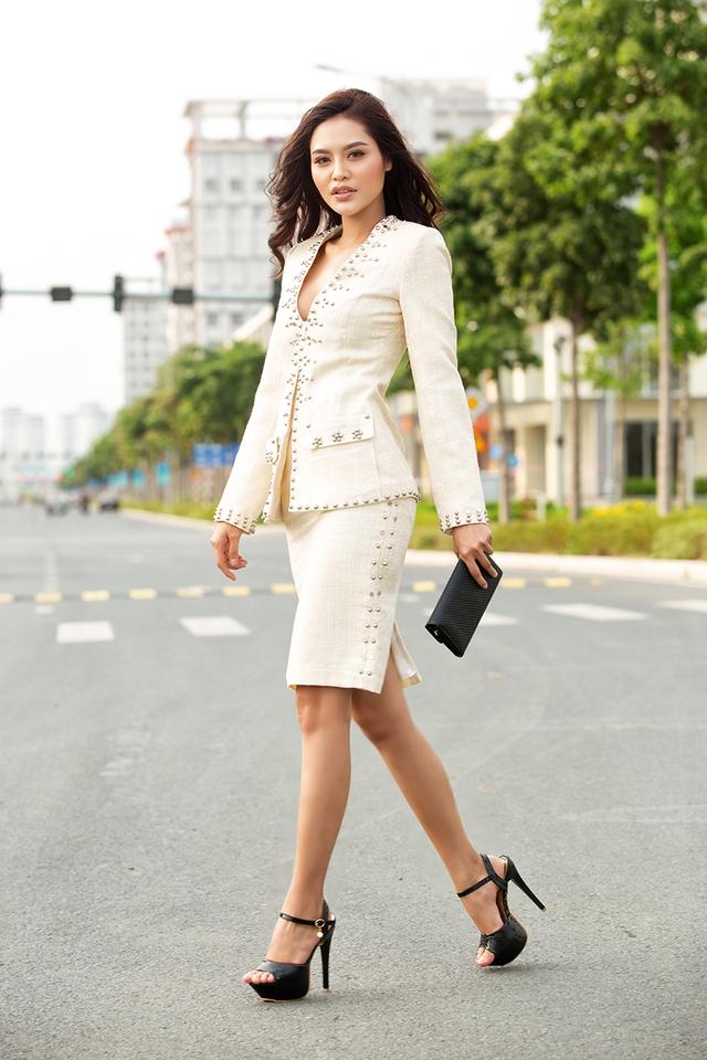 Miss Hiếu Hòa mang vẻ đẹp áo dài đến đất Pháp - Ảnh 6.
