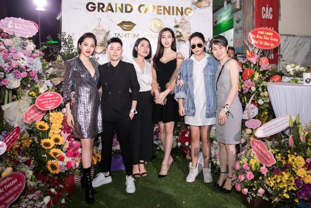 Ca sĩ Bảo Anh, Hoa hậu Đỗ Mỹ Linh đẹp rạng ngời trong lễ khai trương store của Tâm Tâm makeup & Mandy Hair Stylist - Ảnh 1.