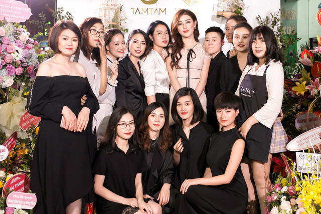 Ca sĩ Bảo Anh, Hoa hậu Đỗ Mỹ Linh đẹp rạng ngời trong lễ khai trương store của Tâm Tâm makeup & Mandy Hair Stylist - Ảnh 2.