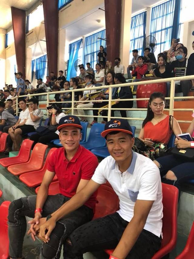 """Bắt gặp Đức Chinh, Tiến Dụng """"hẹn hò"""" đi xem Futsal tại Đà Nẵng - Ảnh 4."""