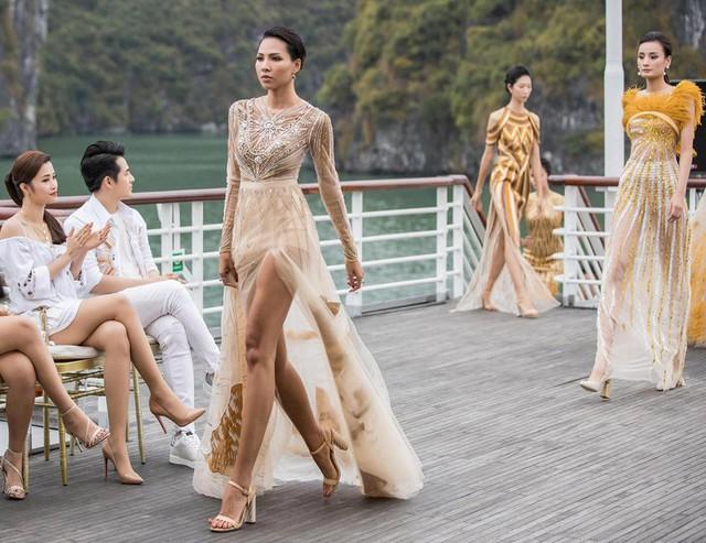 """Show """"Mặt trời phương Đông"""" của Lê Thanh Hòa: Thúy Vân, Minh Triệu và dàn chân dài khoe dáng trên du thuyền giữa vịnh Hạ Long - Ảnh 9."""