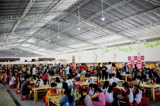 """Hàng ngàn bạn trẻ """"oanh tạc"""" lễ hội ẩm thực đường phố Đà Nẵng - Ảnh 2."""