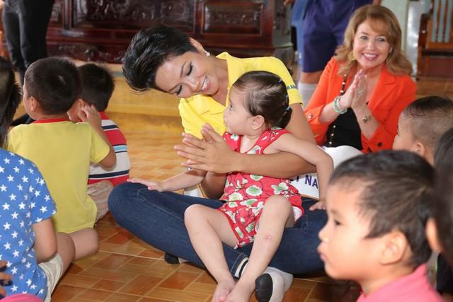 Hoa hậu H'Hen Niê đồng hành hỗ trợ trẻ em nghèo - Ảnh 2.