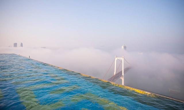 Chiêm ngưỡng khách sạn có bể bơi dát vàng 24k cao nhất và lớn nhất thế giới - Ảnh 1.