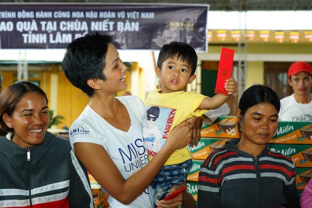 Bỏ ngoài tai nhận xét chưa đủ khả năng thi HHHV thế giới, HHen Niê ghi điểm với hình ảnh chân chất khi thăm trẻ em nghèo - Ảnh 2.