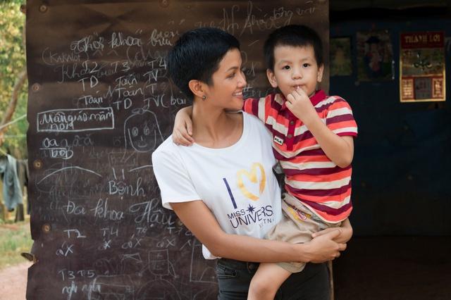 Bỏ ngoài tai nhận xét chưa đủ khả năng thi HHHV thế giới, HHen Niê ghi điểm với hình ảnh chân chất khi thăm trẻ em nghèo - Ảnh 3.