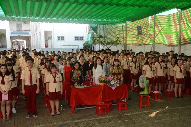 Đức Phúc đóng vai học sinh cá biệt dự lễ tổng kết năm học trường Mỹ Việt - Ảnh 2.