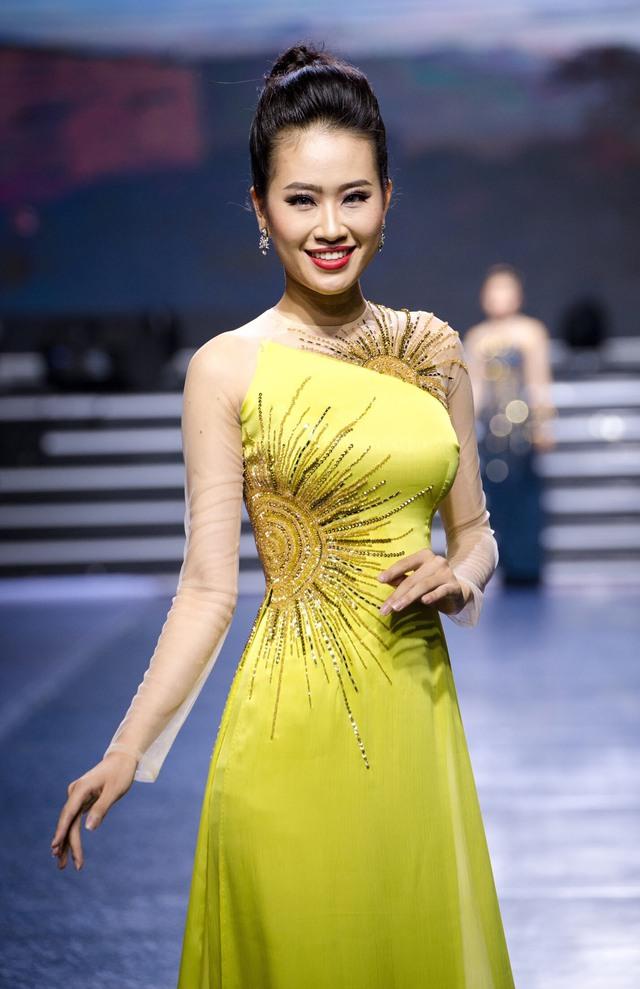 Tường Linh The Face xuất hiện ấn tượng, làm vedette trong show Áo Dài Hoà Vi - Ảnh 4.
