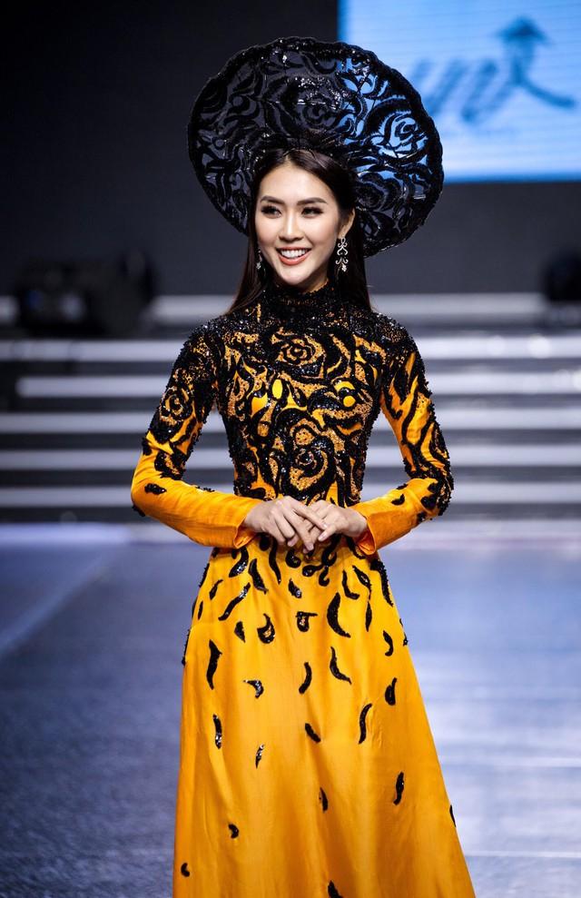 Tường Linh The Face xuất hiện ấn tượng, làm vedette trong show Áo Dài Hoà Vi - Ảnh 5.