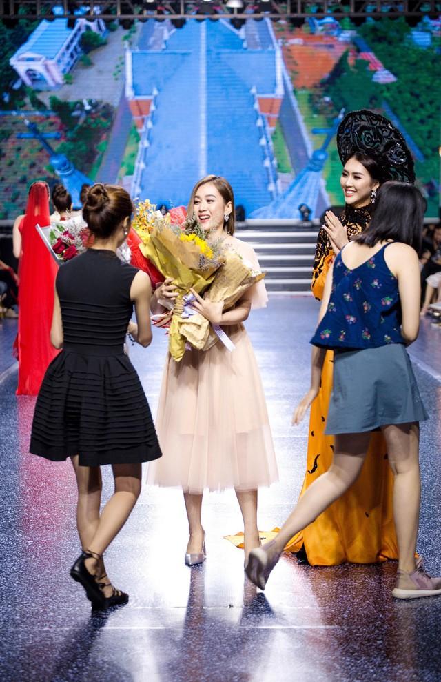 Tường Linh The Face xuất hiện ấn tượng, làm vedette trong show Áo Dài Hoà Vi - Ảnh 9.