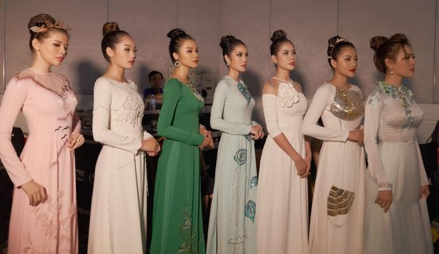 Tường Linh The Face xuất hiện ấn tượng, làm vedette trong show Áo Dài Hoà Vi - Ảnh 12.