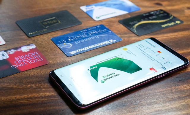 Chia tay ví, giới trẻ ngày nay chỉ cần smartphone là tha hồ tung quẩy - Ảnh 1.