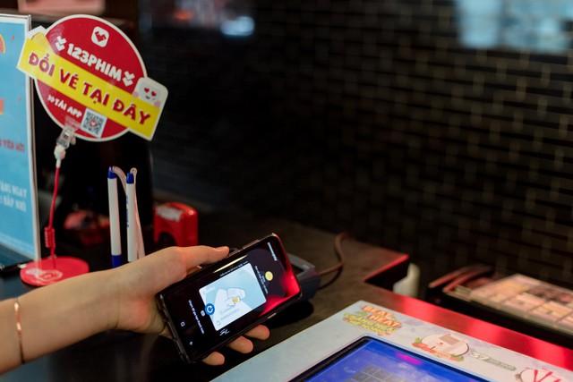 Chia tay ví, giới trẻ ngày nay chỉ cần smartphone là tha hồ tung quẩy - Ảnh 5.