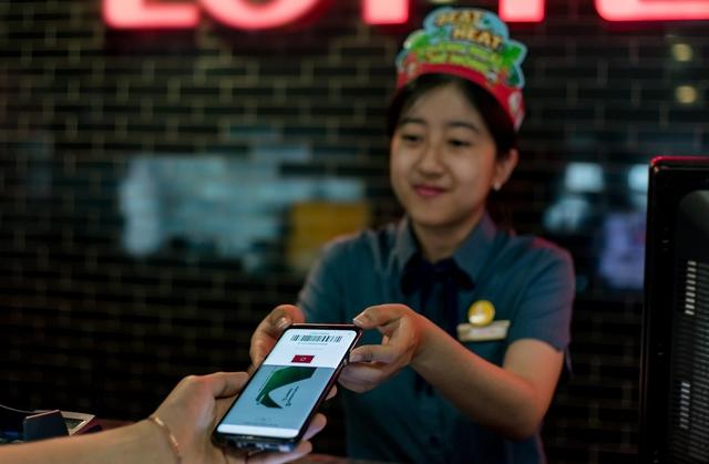 Chia tay ví, giới trẻ ngày nay chỉ cần smartphone là tha hồ tung quẩy - Ảnh 10.
