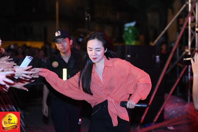 """Dàn sao khủng đội mưa khuấy động Lễ hội """"Phố hàng nóng"""" tại Hà Nội - ảnh 5"""