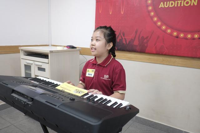 Hoàng Yến Chibi lần đầu làm giám khảo cuộc thi hát tiếng Anh - ảnh 1