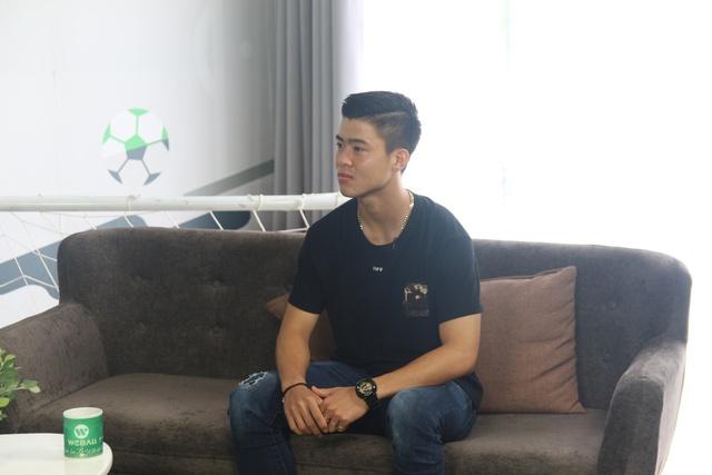 """""""Bạch mã hoàng tử"""" U23 Duy Mạnh ghé thăm chung cư VTM trong sitcom tập 7 của WeBall - ảnh 1"""