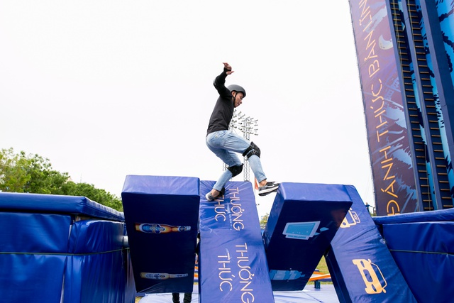 """Á hậu Mâu Thủy """"đặt gạch"""" so gân cùng fan Đà Nẵng trên bức tường cao kỷ lục Việt Nam - ảnh 9"""