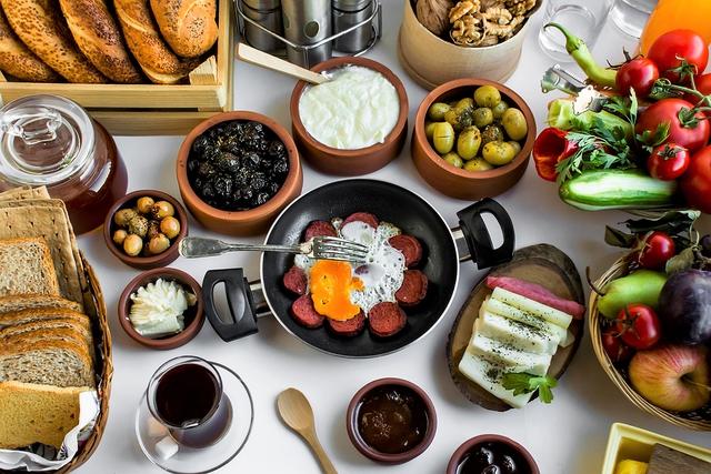 5 bí quyết ăn uống để đẹp từ trong ra ngoài theo phong cách Địa Trung Hải - Ảnh 1.