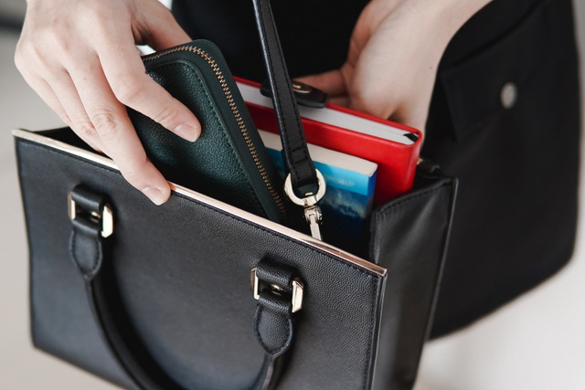 Smartphone đã thay thế những gì trong túi của một cô gái trẻ? - Ảnh 1.