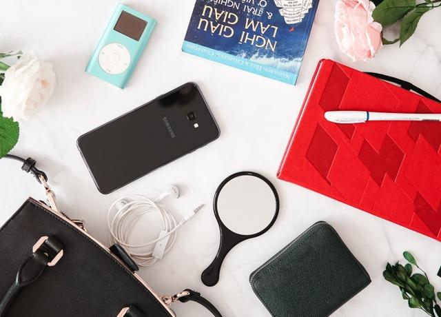 Smartphone đã thay thế những gì trong túi của một cô gái trẻ? - Ảnh 2.