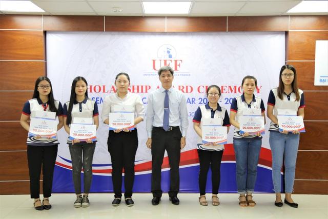 Sinh viên được tiếp thêm động lực học tập từ quỹ học bổng UEF - Ảnh 1.