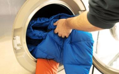 Có 1 thao tác ai cũng phải nhớ làm trước khi giặt áo có khóa kéo và cài nút