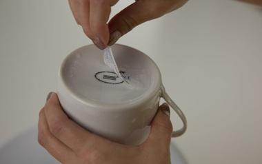 Gỡ nhãn dán trên đồ dùng một cách thần tốc, sạch bóng chỉ nhờ vài thủ thuật nhỏ