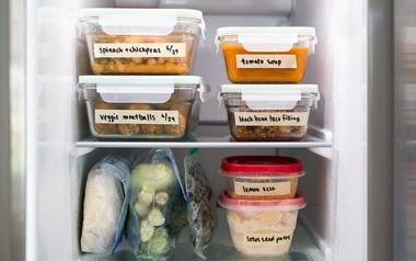 Hướng dẫn cách sắp xếp tủ lạnh luôn ngăn nắp chỉ với một cuộn băng keo