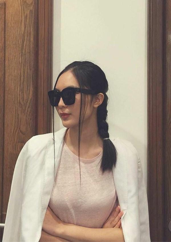Helly Tống mặc tối giản mà vẫn nổi bật trên phố nhờ kiểu tóc tết phá cách - Ảnh 1.