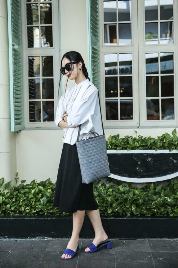 Helly Tống mặc tối giản mà vẫn nổi bật trên phố nhờ kiểu tóc tết phá cách - Ảnh 4.