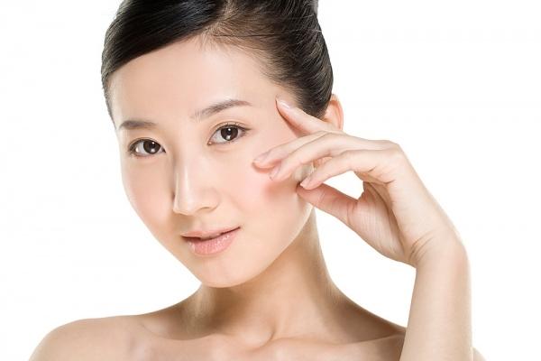 Muốn da đẹp, khoẻ hãy sử dụng kem chống nắng trước khi trang điểm - Ảnh 1.