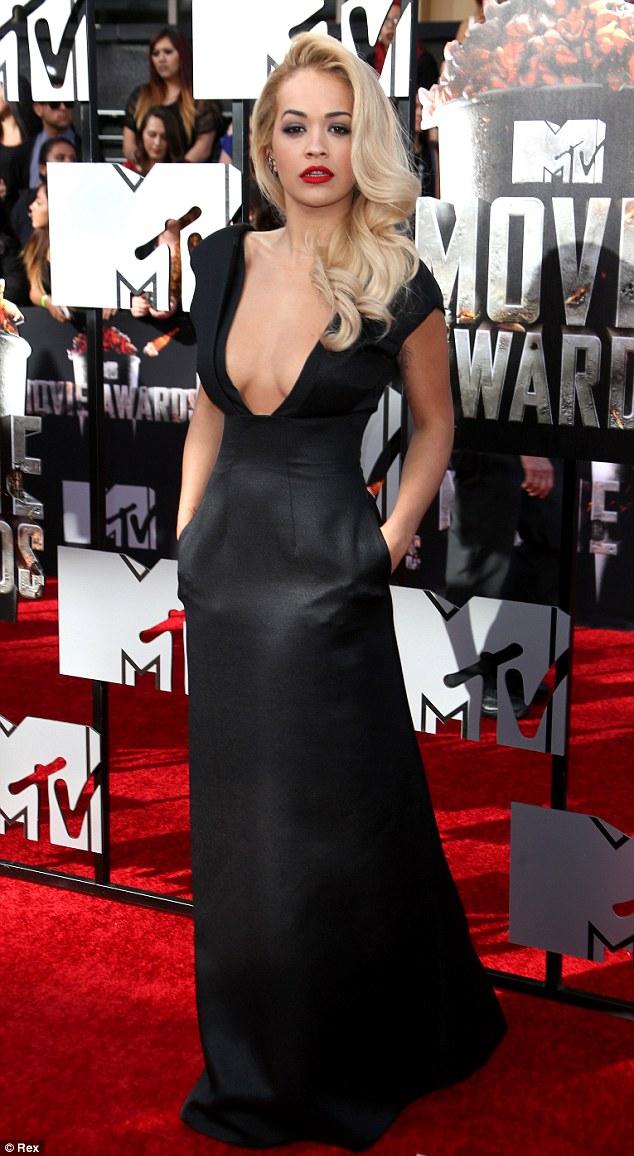 Rita Ora và phong cách nổi bật giữa rừng sao US-UK - Ảnh 2.