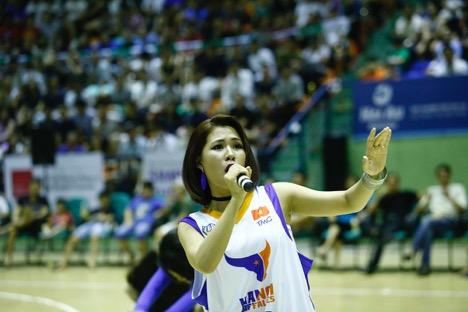 """Hàng ngàn khán giả thủ đô """"bùng nổ"""" cùng Hà Nhi Idol tại Giải bóng rổ chuyên nghiệp Việt Nam - Ảnh 1."""