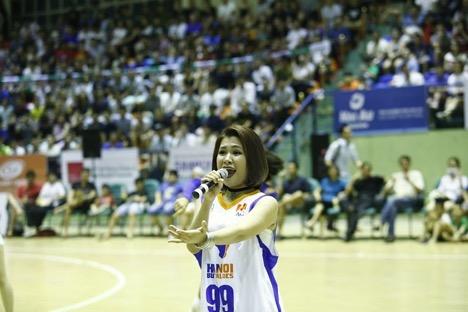 """Hàng ngàn khán giả thủ đô """"bùng nổ"""" cùng Hà Nhi Idol tại Giải bóng rổ chuyên nghiệp Việt Nam - Ảnh 3."""