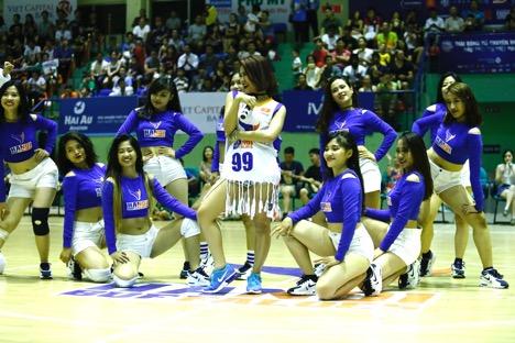 """Hàng ngàn khán giả thủ đô """"bùng nổ"""" cùng Hà Nhi Idol tại Giải bóng rổ chuyên nghiệp Việt Nam - Ảnh 6."""