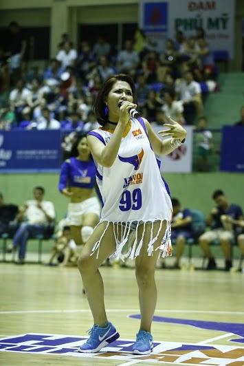 """Hàng ngàn khán giả thủ đô """"bùng nổ"""" cùng Hà Nhi Idol tại Giải bóng rổ chuyên nghiệp Việt Nam - Ảnh 7."""