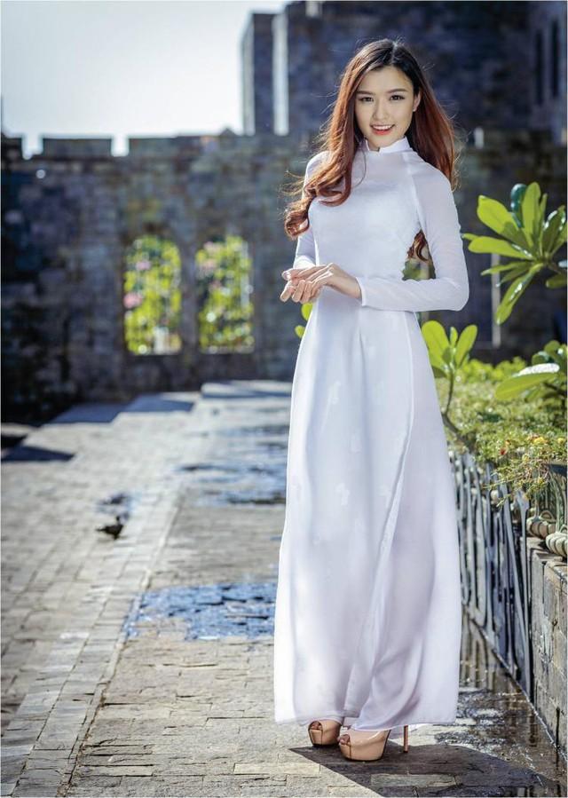 Nữ hoàng trang sức đẹp tinh khôi trong áo dài trắng - Ảnh 1.