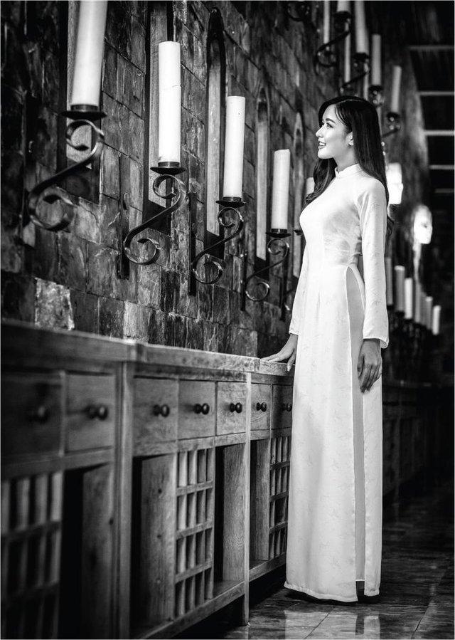 Nữ hoàng trang sức đẹp tinh khôi trong áo dài trắng - Ảnh 2.