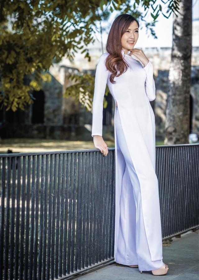 Nữ hoàng trang sức đẹp tinh khôi trong áo dài trắng - Ảnh 5.
