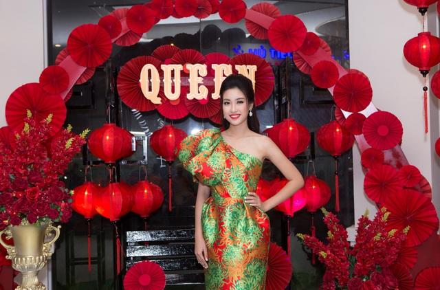 Hoa hậu Đỗ Mỹ Linh đẹp rạng ngời tham dự đêm tiệc tại Queen Plaza - Ảnh 2.
