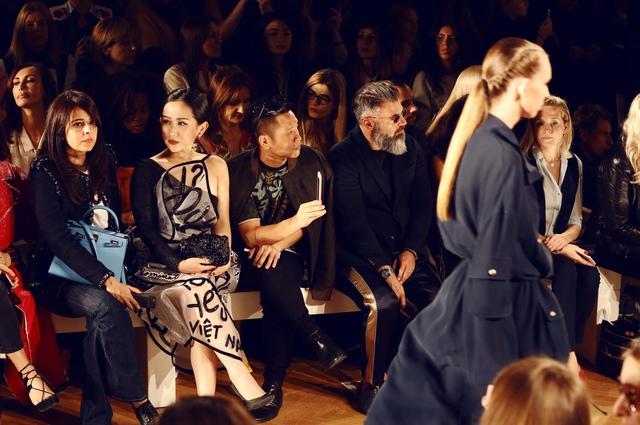 Cô gái Việt hội ngộ loạt fashionista đình đám thế giới tại Paris Fashion Week - Ảnh 2.
