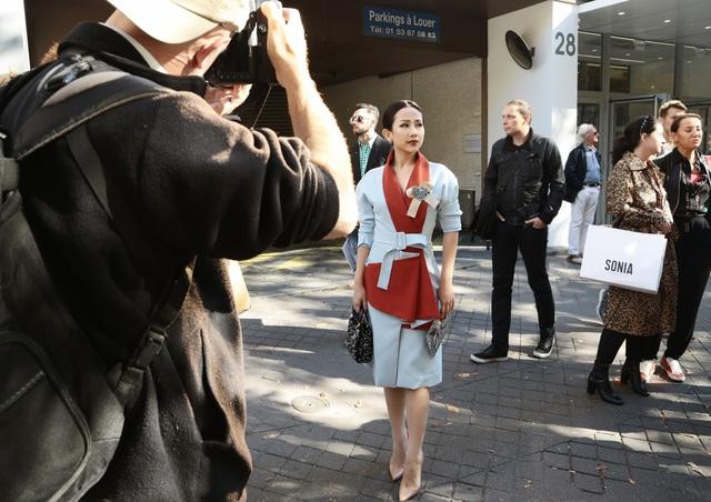 Cô gái Việt hội ngộ loạt fashionista đình đám thế giới tại Paris Fashion Week - Ảnh 13.