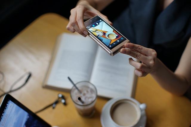 Thể hiện cá tính và phong cách độc đáo với điện thoại nắp gập đến từ Nhật Bản - Ảnh 1.