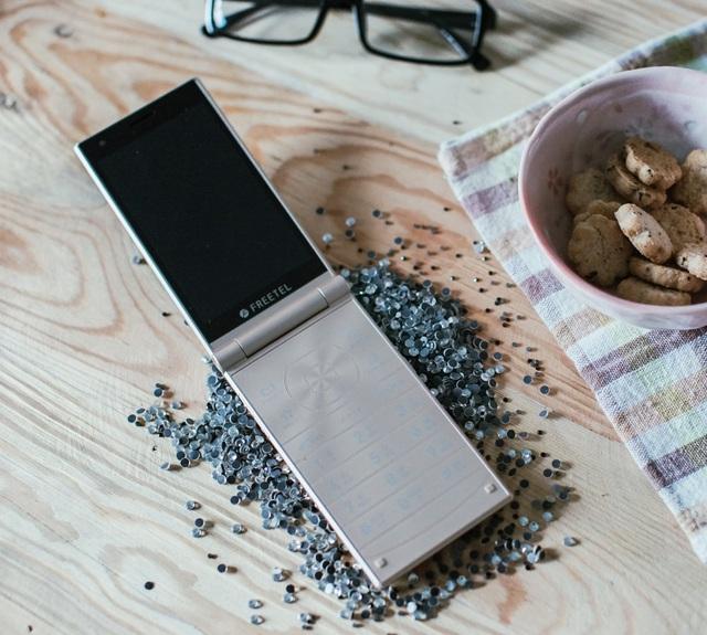 Thể hiện cá tính và phong cách độc đáo với điện thoại nắp gập đến từ Nhật Bản - Ảnh 2.