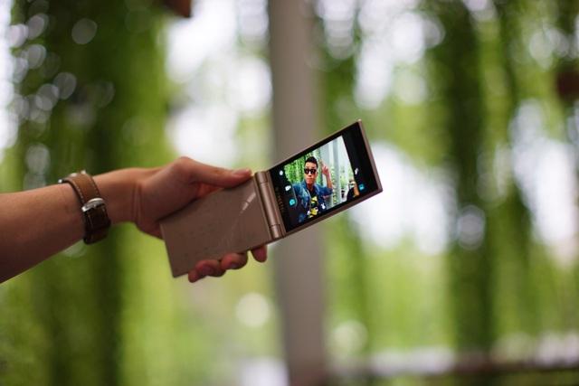 Thể hiện cá tính và phong cách độc đáo với điện thoại nắp gập đến từ Nhật Bản - Ảnh 4.